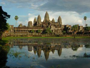 """Siem Reap, Kambodzsa ősi fővárosa mellett fekszik. Siem Reap ma már egy nyüzsgő város, tartományi székhely. Fantasztikus éjszakai élete, régi piacai és kmer-francia stílusú belvárosa önmagában is izgalmas uticél. """"Igazi"""" látnivalója azonban Angkornak, az ezeréves khmer birodalom fővárosának emlékei: Angkor Thom és Angkor Wat. A két fő látványosság azonban csak kis része a lehetséges uticéloknak. Az ősi Angkor körül, kb. 200km-es körben, számtalan, még ma is dzsungellel borított templom, település és egyéb, a hajdani khmer birodalmat idéző rom található. A természeti környezet is csodálatos. Hegyvidékek, őserdők, kanyargó folyók, évszázadokkal ezelőtt épített víztározók és megművelt területek váltják egymást. A Ton Le Sap tó úszó falvai is megérnek egy hajókirándulást."""