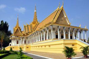 Phnom Penh, Kambodzsa fővárosa a a Tonle folyó bal partján fekszik, közvetlenül annak a Mekongba csatlakozásánál. Hosszú története során többször volt a Khmer birodalom fővárosa, de a közbenső időszakokban is fontos település maradt. Ma ismét a Kambodzsai Királyság fővárosa, az uralkodó székhelye. Mai formáját a francia uralom következetes városépítő mukájának köszönheti. Phnom Penh a legszebb francia kolonniális stílusú város a hajdani Francia Indokína területén. Ehhez jön még a sok egyébb, mai is üzemelő kambodzsai középület, a Királyi Palota, a templomok és a Nemzeti Múzeum. A várost körülvevő csatornák, folyók mentén lépten-nyomon feltűnnek az ezeréves múlt emlékei, a hagyományos falusi élet települései, farmjai, kézműves települései.